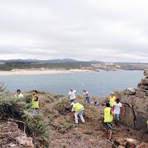 Voluntários limpam Ilha doPessegueiro