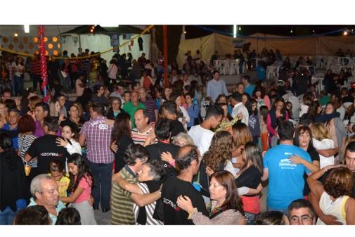 O adro da Igreja, em Vila Nova de Santo André, ficou repleto de público que aderiu e participou nesta festa de solidariedade