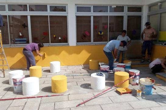 Pais e amigos voluntários meteram mãos à obra para pintar a escola com tintas doadas pela Câmara de Santiago do Cacém