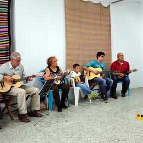 Projeto junta famílias para aprender a tocar músicatradicional