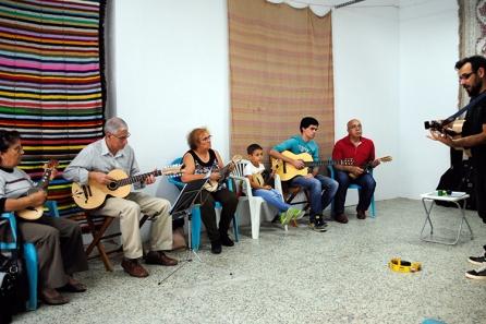 Avós, pais, filhos e netos aprendem juntos a tocar 'modas' alentejanas na Escola de Música Tradicional de Odemira |Foto: Ângela Nobre|