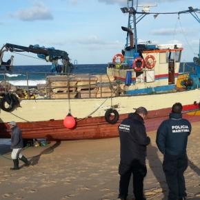 Embarcação de pesca encalha com 11 tripulantes abordo