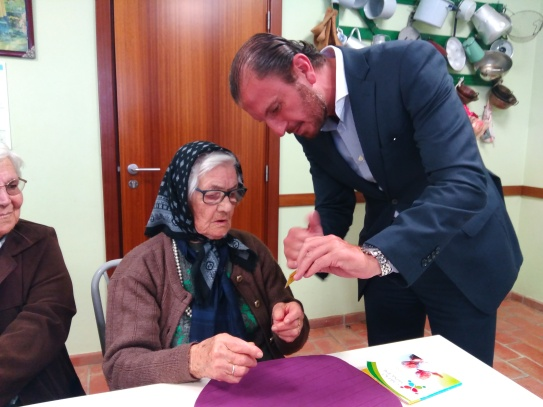A Câmara de Santiago do Cacém lançou o Cartão Municipal Sénior  com a entrega simbólica do primeiro exemplar à munícipe mais idosa do concelho |Foto: CMSC|