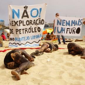 Ativistas pintaram-se com tinta de choco para dizer não aofuro