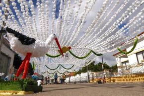 Mais de um milhão de flores em papel enfeitam as ruas deErmidas